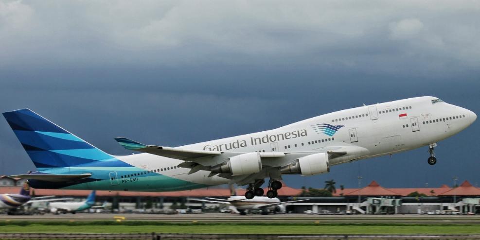 Pesawat Boeing 747-400 Garuda Indonesia berhenti